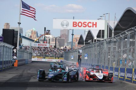 NEW YORK - JULY 14, 2019: Electric racing cars during 2019 New York City E-Prix round 13 at Red Hook in Brooklyn 新聞圖片