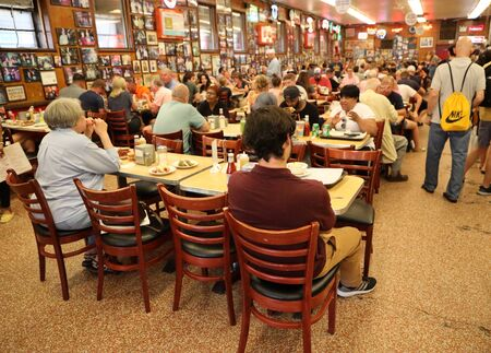 NEW YORK - JULY 30, 2019: Historical Katzs Delicatessen full of tourists and locals. Since its founding in 1888, it has become popular among locals and tourists for its pastrami sandwiches Redactioneel