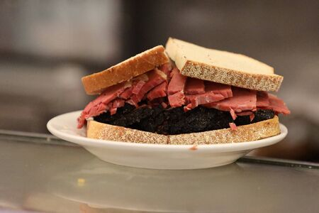 Famous Pastrami on rye sandwich served in New York Deli Stockfoto