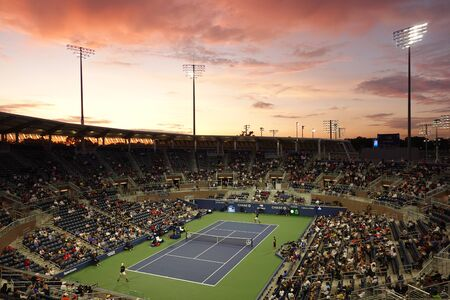 NEW YORK - AUGUST 27, 2019: Grandstand Stadium during sunset at Billie Jean King National Tennis Center during 2019 US Open match in New York 新聞圖片