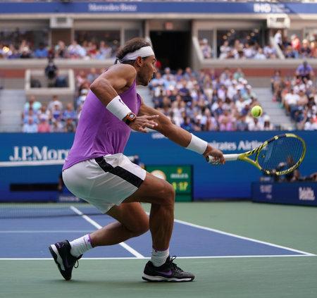 NOWY JORK - 31 sierpnia 2019: 18-krotny mistrz Wielkiego Szlema Rafael Nadal z Hiszpanii w akcji podczas meczu trzeciej rundy US Open 2019 w Billie Jean King National Tennis Center w Nowym Jorku