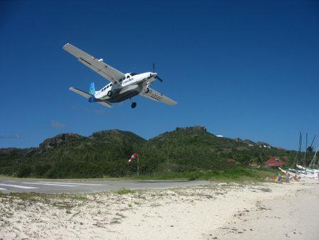 ST. BARTS, ANTILLES FRANÇAISES - 24 JANVIER 2008 : avion Air Caraibes décollant de l'aéroport de St Barth. Saint-Barth est considéré comme le terrain de jeu des riches et célèbres