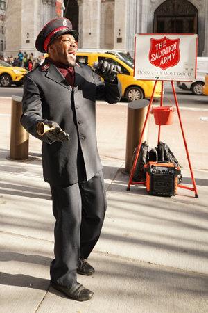 NEW YORK - 5 DICEMBRE 2019: Il soldato dell'Esercito della Salvezza si esibisce per le collezioni nel centro di Manhattan durante le festività natalizie. Questa organizzazione cristiana è nota per il suo lavoro di beneficenza, operando in 126 paesi Editoriali