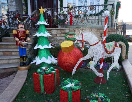 BROOKLYN, NEW YORK - DECEMBER 12, 2019: Christmas house decoration display in the suburban Brooklyn neighborhood of Dyker Heights Stock fotó - 135438732