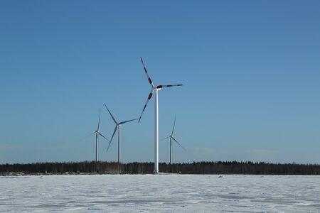 Turbinas de viento y Mar Báltico congelado en Laponia, Finlandia