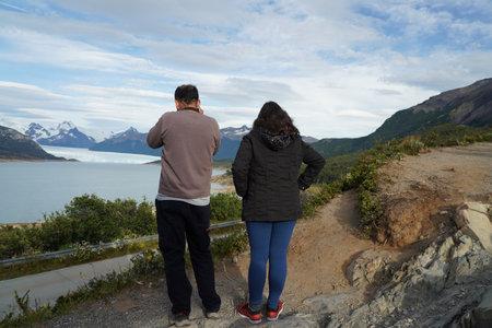 EL CALAFATE, ARGENTINA - FEBRUARY 9, 2020: Tourists taking pictures of Perito Moreno Glacier view from Mirador de los Suspiros in the Los Glaciares National Park in southwest Santa Cruz Province, Arge 報道画像