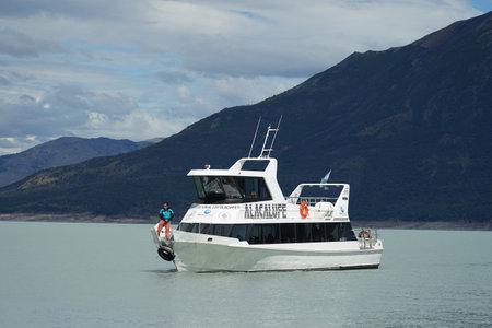 EL CALAFATE, ARGENTINA - FEBRUARY 9, 2020: A tour boats for Perito Moreno Glacier ice trekking at El Calafate, Patagonia, Argentina 報道画像