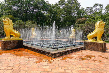 SIEM REAP, CAMBODIA - NOVEMBER 7, 2019: Fountain in Royal Independence Gardens in Siem Reap, Cambodia 新聞圖片