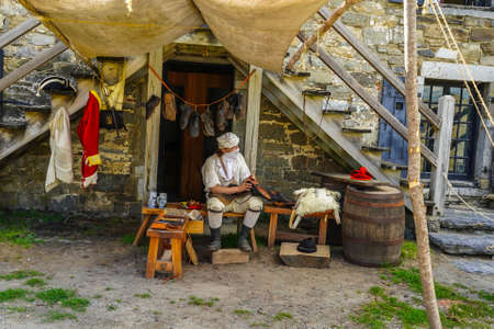 TICONDEROGA, NEW YORK - AUGUST 23, 2020: Reenactor at  the historic  Fort Ticonderoga in Upstate New York. Fort Ticonderoga, formerly Fort Carillon, is a large 18th-century star fort built by French 新聞圖片