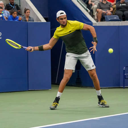 NEW YORK - SEPTEMBER 2, 2019: Professional tennis player Matteo Berrettini of Italy in action during the 2019 US Open round of 16 match against Andrey Rublev at Billie Jean King Tennis Center 新聞圖片