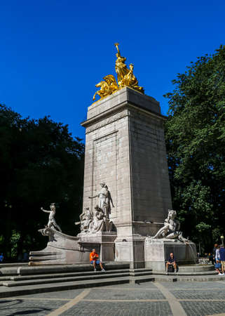NEW YORK - JULY 30, 2017: The USS Maine Monument, built in 1913, at the southwest corner of Central Park in New York City 新聞圖片