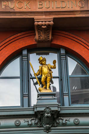 NEW YORK - JULY 29, 2017: Historic Puck Building with gilded statue of Shakespeare's character Puck in Manhattan 新聞圖片