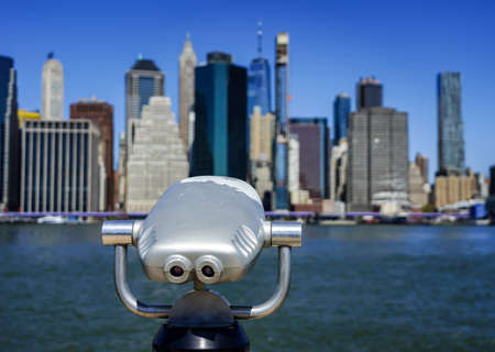 Tourist binoculars at Brooklyn Bridge Park in front of Manhattan skyline Banco de Imagens - 157413880