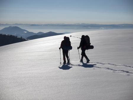 Mann in den Schneeschuhen und mit Trekkingstöcke gehen in den Bergen. Standard-Bild - 37963228