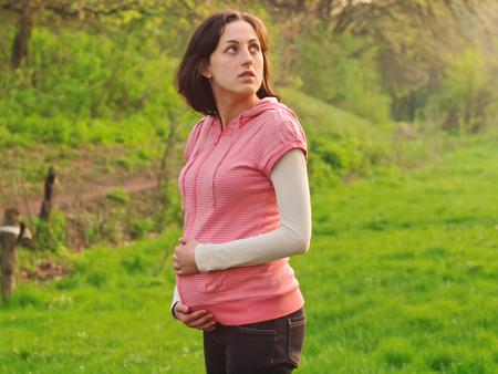 alkalmasság: A terhes fiatal nő egy tavaszi erdő.