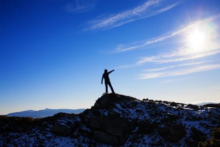 concepto: escaladores de la silueta en la cima de una alta monta�a. Foto de archivo