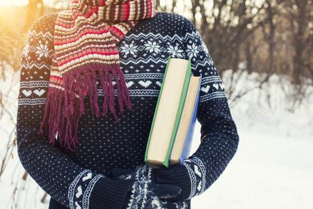Mädchen in einem Wollpullover hält alte Bücher. Standard-Bild - 50629836