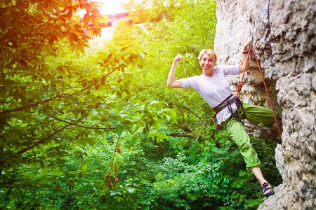 Das Mädchen verbringt Zeit aktiv beim Klettern beschäftigt. Standard-Bild