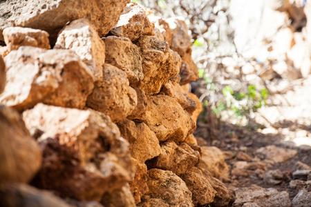 石の束。石垣。大きな石畳。ロッキー表面。