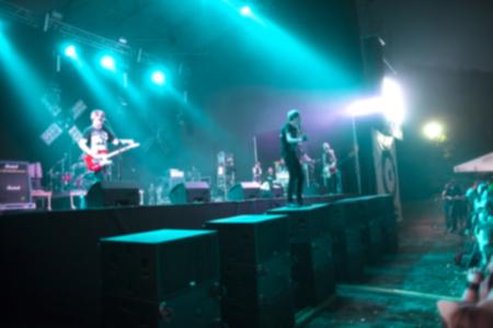Groupe de musique sur scène. Performance du chanteur. Festival de musique. Spectacle en direct. L'effet de flou.