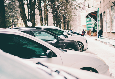 Winter city parking. Snowy street. Parked cars. Vehicles on the sidelines. Standard-Bild - 115855273