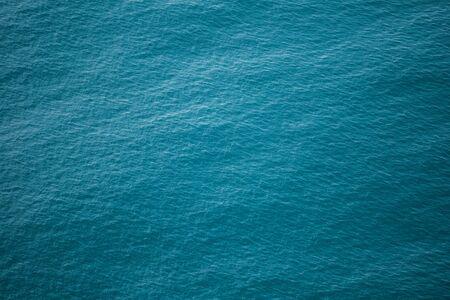 Superficie del agua. Textura. El mar turquesa. Las olas del mar. Ondas en el agua.
