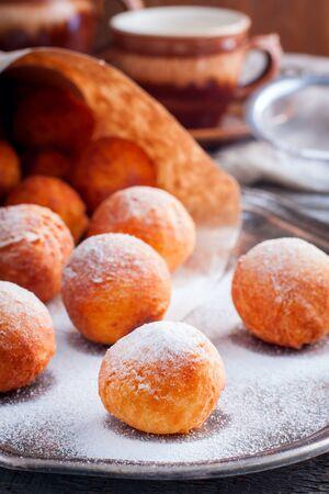 Hüttenkäse-Donuts. Selektiver Fokus Standard-Bild