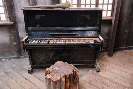 An old piano in a dirty room of an abandoned house. Banque d'images