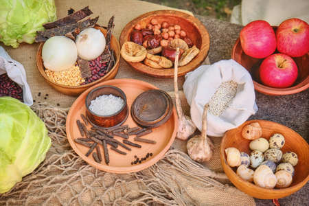 The food of the ancient Romans on the table, reconstruction. Salt, cereals, beans, apples, snails and cabbage. Food in the Roman Empire. Standard-Bild