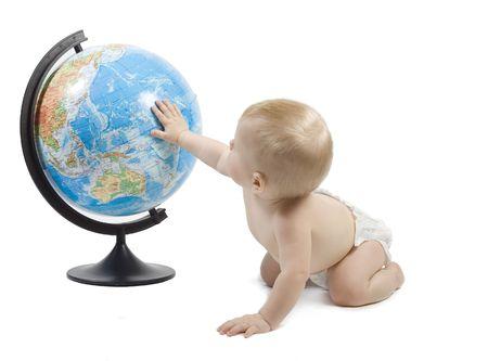 terrestre: Il gioco piccolo del bambino con il globo terrestre e lo impara, la sua mano � sulloceano pacifico. Isolato su bianco Archivio Fotografico