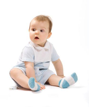 astonishment: Peque�o beb� de 7 meses de edad sentado y mirando a ojos de gran asombro, aislados en blanco
