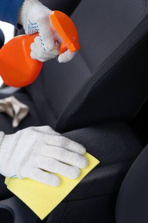 Chemische Reinigung der Autoarmlehne. Reinigungsmittel für die Reinigung des Salons des Fahrzeugs. Autopflegekonzept. Autowäsche. Kümmere dich um den Autoinnenraum.