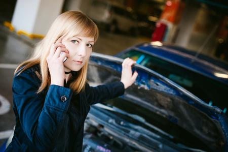 Cerca Capó En El Joven Del Rubia Mujer Coche Estacionamiento Zqxp6Wwv