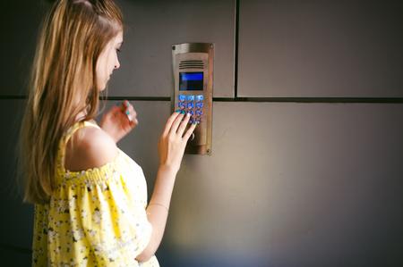 女性ダイヤル電子ドアホン パネルのアパート コード 写真素材