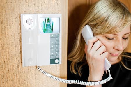 Donna bionda risponde la chiamata chiamata mentre tiene il telefono al suo orecchio