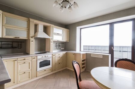 Rusia, Moscú - 11 de junio de 2019: apartamento de habitación interior. Decoración de reparación estándar en hostal. cocina moderna, comedor Editorial
