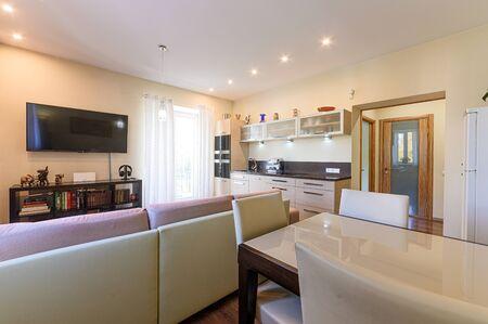 Rusia, Moscú - 10 de septiembre de 2019: apartamento interior moderno y luminoso ambiente acogedor. limpieza general, decoración del hogar, preparación de casa para la venta. cocina, comedor Editorial