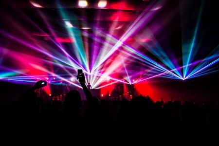 heldere laser show in de menigte van vrolijke mannen