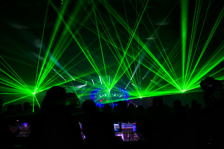 heldere laser show in de menigte van vrolijke mannen Stockfoto