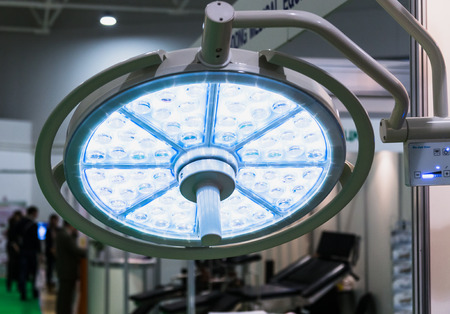 lamp voor een operatie in het ziekenhuis Stockfoto