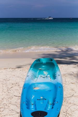 fiberglass: Kayaks de fibra de vidrio de colores atados a un muelle como se ve desde arriba