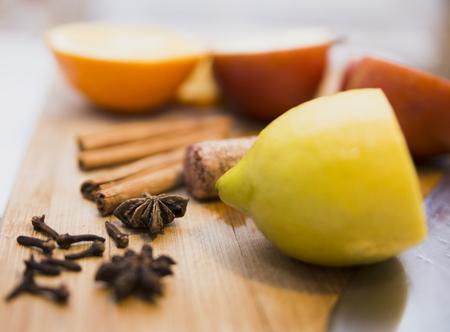 Fruit smoothly sliced for mulled wine cinnamon apple lemon Stok Fotoğraf