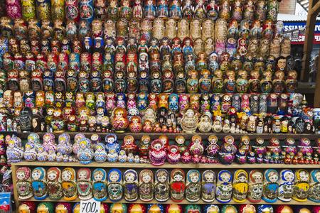 Het nestelen poppen op een rij bij de Verniage-markt Rusland, Moskou, 7 MEI, 2016