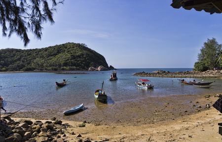 Thailand, Koh Phangan, 17 april 2015, de prachtige weg naar de zee op het eiland Koh Phangan Stockfoto