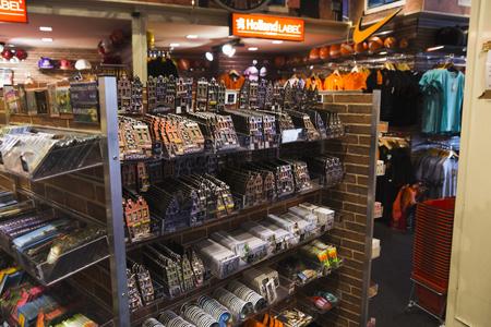 Holland, Nederland, Amsterdam, 2 november 2015, souvenirwinkels met veel souvenirs in de straten van Amsterdam