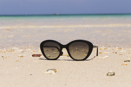 glasses on the beach black sand on the sea background Stockfoto