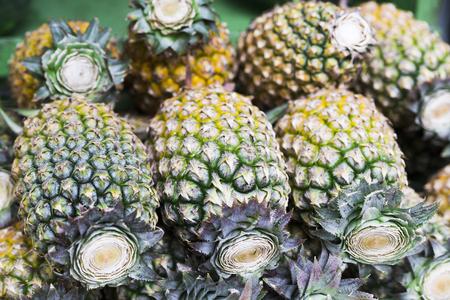 Fresh thai pineapple on a market Stockfoto