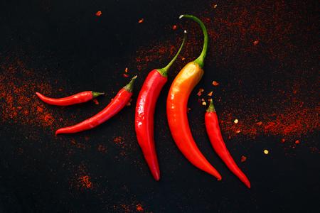chiles picantes: Pimientos de chile en un fondo negro Foto de archivo