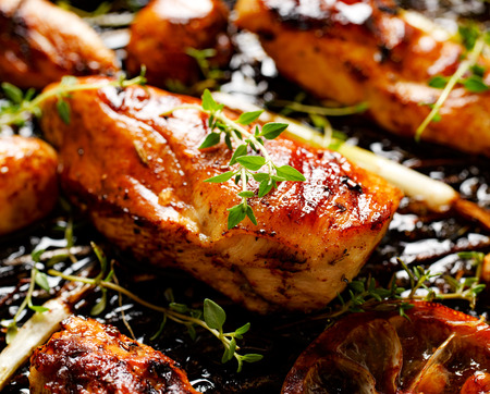 Grilled chicken breast with thyme, lemon and vegetables Imagens
