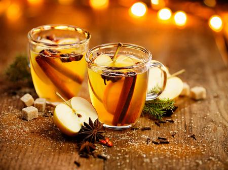Warme cider met Toevoeging van kaneelstokjes, anijs sterren, kruidnagel en citrusvruchten